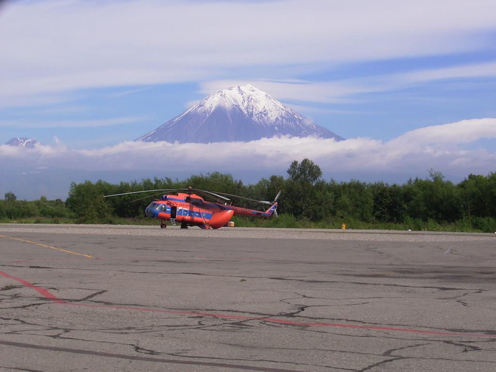 調査で利用するヘリコプター(ロシア連邦カムチャツカ)
